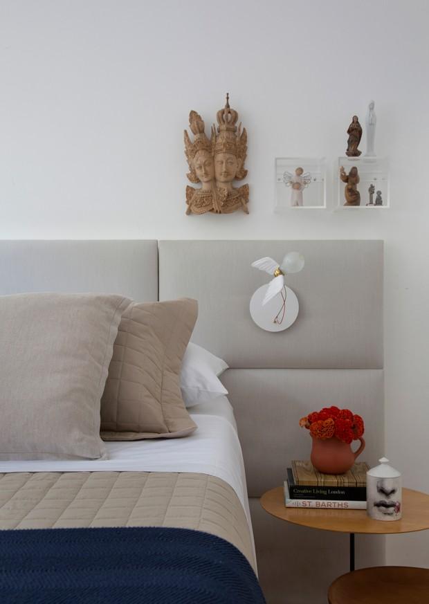 QUARTO | Cabeceira estofada da Lider. Luminária na parede por Ingo Maurer, comprada na Vigolucci. Roupa de cama da Trama Casa. (Foto: Denilson Machado, MCA Estúdio / Divulgação)