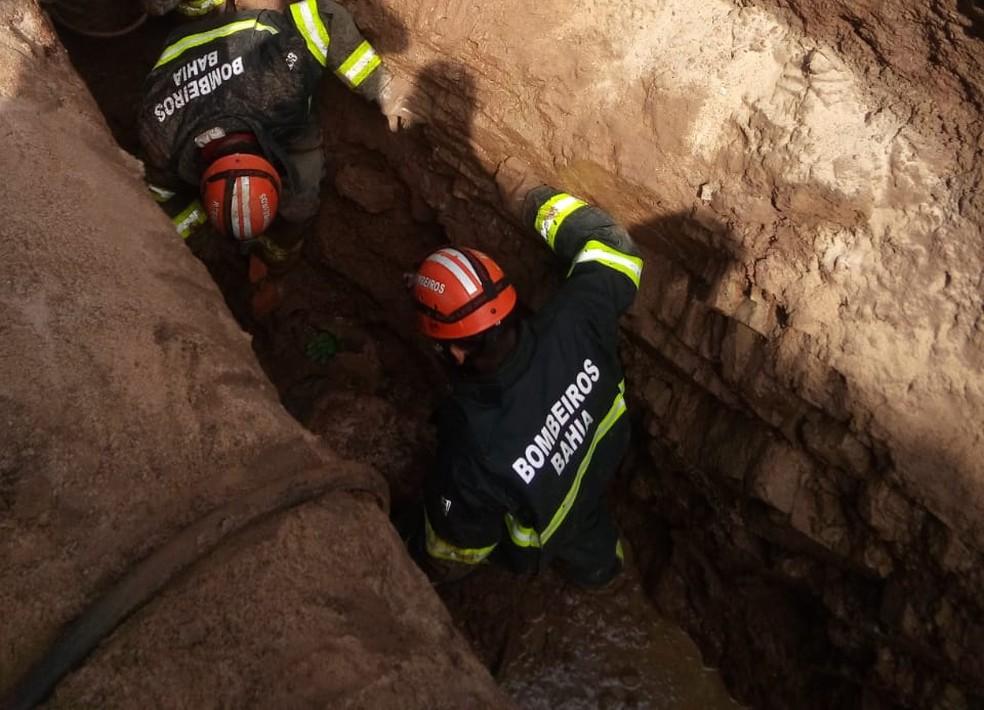 Homem foi soterrado em obra no bairro Caixa D'água, em Jequié. (Foto: Corpo de Bombeiros)