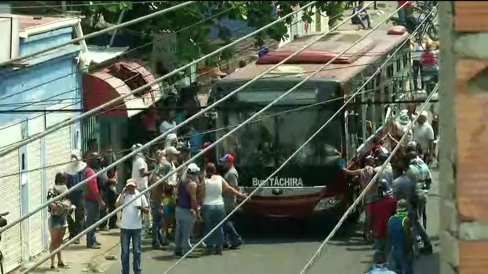 Manifestantes sacudiram ônibus na cidade de Ureña, na Venezuela, perto da fronteira com a Colômbia, na manhã deste sábado (23). — Foto: Reprodução/GloboNews