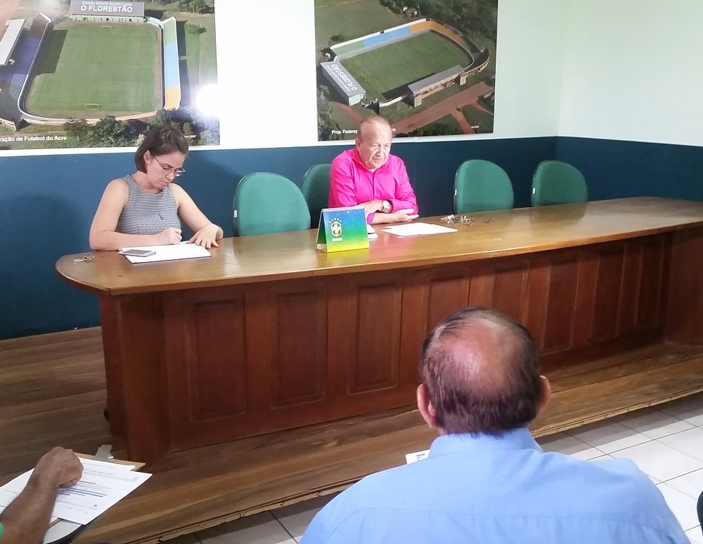 Antônio Aquino Lopes, presidente da FFAC, ecplica proposta de elevar número de clubes da elite do futebol acreano — Foto: Duaine Rodrigues