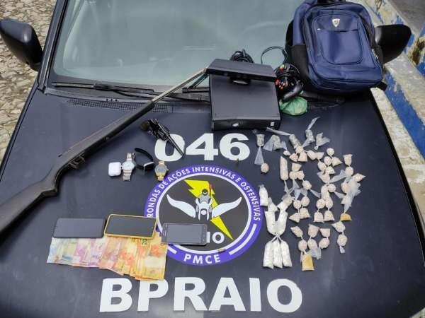 Três pessoas são presas com mais de 2 mil trouxinhas de droga e armas de fogo na Grande Fortaleza