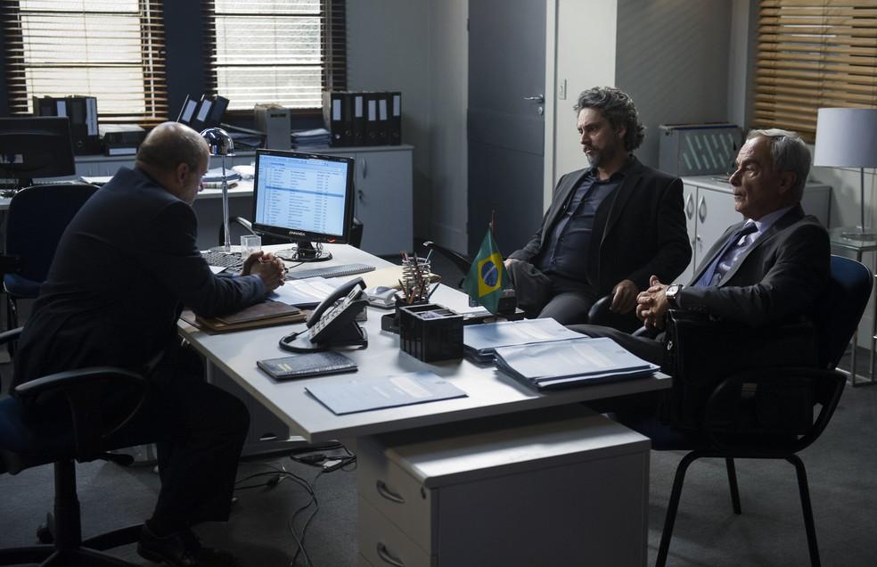 José Alfredo (Alexandre Nero) é preso após ser denunciado por Maria Marta (Lilia Cabral) - 'Império'  — Foto: Estevam Avellar/Globo