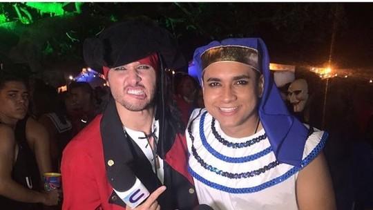 Brucce Cabral e Menilson Filho se jogam numa festa à fantasia