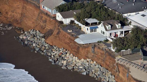 Cientistas especularam que a erosão e o aumento no nível do mar podem fazer sumir 70% das praias da Califórnia até 2100 (Foto: GETTY IMAGES/BBC)