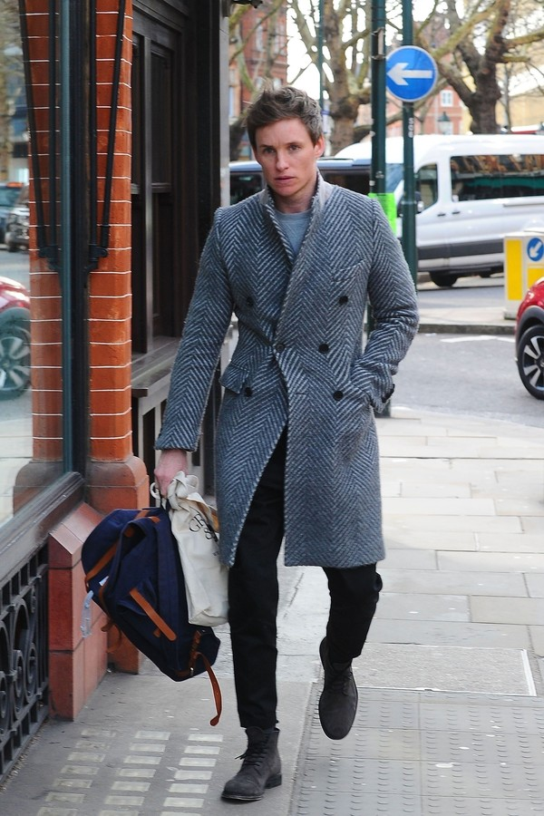 *EXCLUSIVE* ** RIGHTS: ONLY UNITED STATES, BRAZIL, CANADA ** London, UNITED KINGDOM  - English actor Eddie Redmayne famous for his roles in 'Fantastic Beasts' and 'The Danish Girl' looks dapper in his grey long coat as he heads for lunch at the high-end f (Foto: BACKGRID)