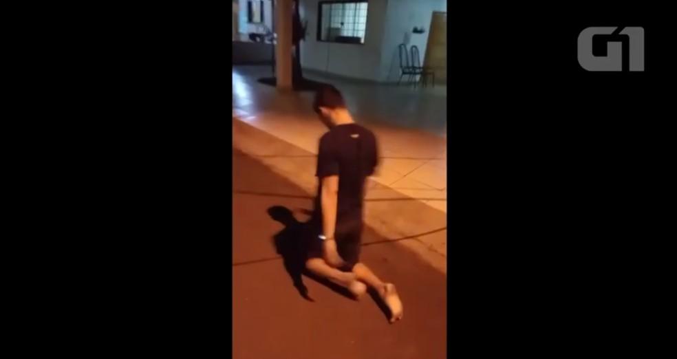 Filho caminhou de joelho na rua de frente de casa em Porto Velho — Foto: Reprodução