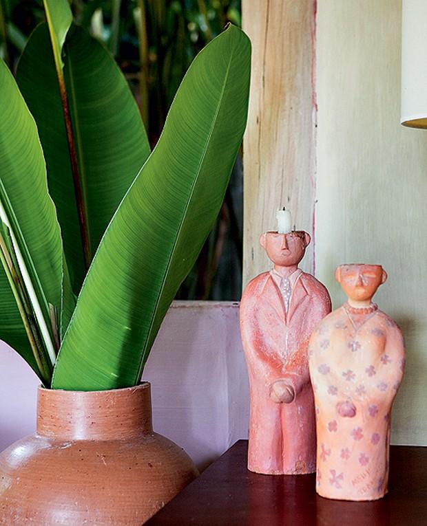 Castiçais de cerâmica do artista baiano João Calazans Luz, o Calá, na casa de Roberto Maya (Foto: Marco Antonio/Casa e Jardim)