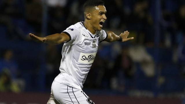 Erik comemora gol no Paraguai