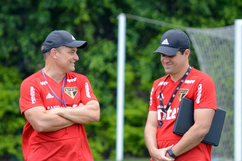 André Jardine (à dir.) conversa com Diego Aguirre no CT do São Paulo — Foto: Érico Leonan/saopaulofc.net