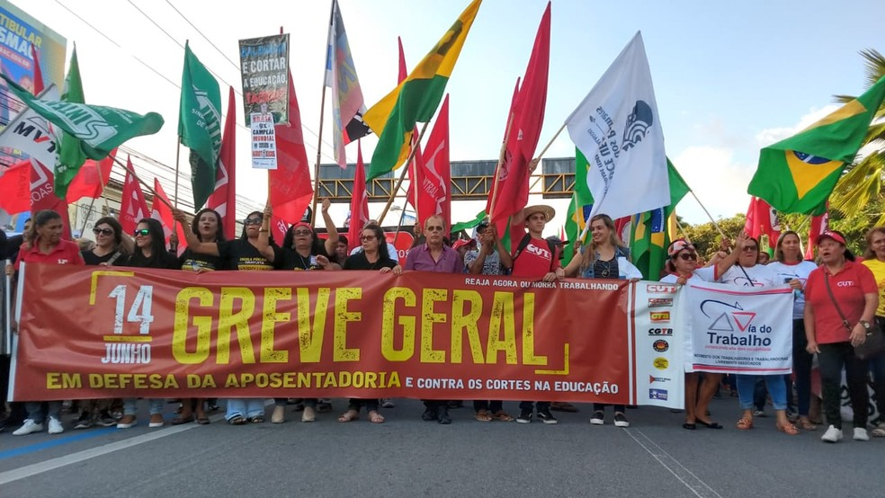 Manifestantes marcham até o centro de Maceió em protesto contra a reforma da Previdência e contra os cortes na Educação — Foto: Matheus Tenório/G1