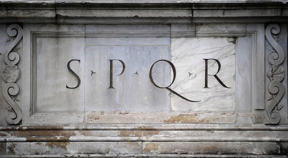 Placa em Roma com a sigla Senatus Populusque Romanus — O Senado e o Povo de Roma — Foto: Filippo Monteforte/NASA/AFP