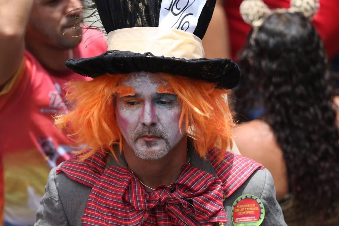 Folião surge caracterizado de Chapeleiro Maluco no desfile do Galo da Madrugada