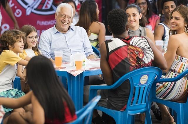 Alberto (Antonio Fagundes) e Paloma (Grazi Massafera) com a família no Cacique de Ramos (Foto: Globo/Victor Pollak)