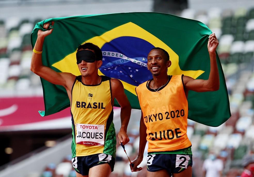 Yeltsin Jacques, com o guia Antônio Carlos dos Santos, após conquistar a 100ª medalha de ouro do Brasil em Paralimpíadas. — Foto: Athit Perawongmetha / Reuters