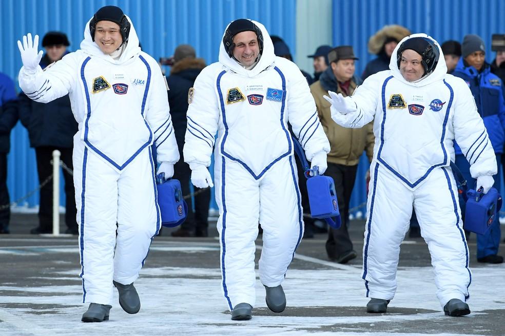 O astronauta Norishige Kanai (esq.) chegou à ISS em dezembro para uma missão de seis meses (Foto: Kirill Kudryavtsev/Pool/Reuters)