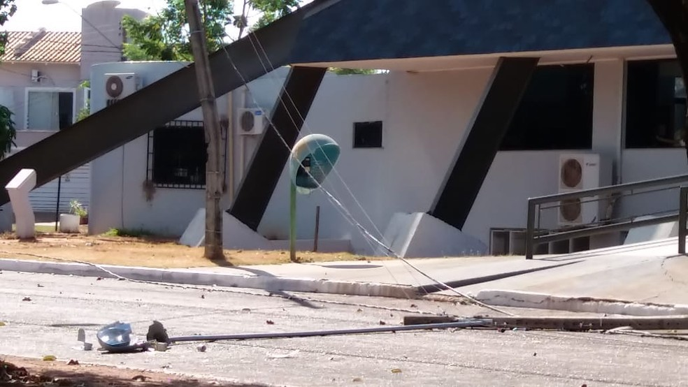 Com a batida, seis postes foram danificados  (Foto: Mazim Aguiar/TV Anhanguera)