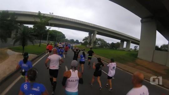 Corredor flagra atleta atropelado por moto em maratona de rua
