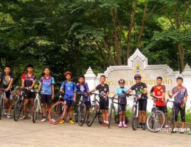 Os meninos juntamente com o técnico. Eles se perderam após treino no sábado (23/06) (Foto: Reprodução G1/Thai PBS)