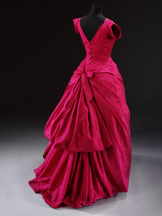 T.427-1967 Evening dress Balenciaga, Cristóbal Paris ca. 1955 Silk taffeta, mounted on a boned and padded foundation, fastened with a metal zip and buttons, machine-sewn and hand-finished; the flounces of the skirt are wired (Foto: © Victoria and Albert Museum, London)