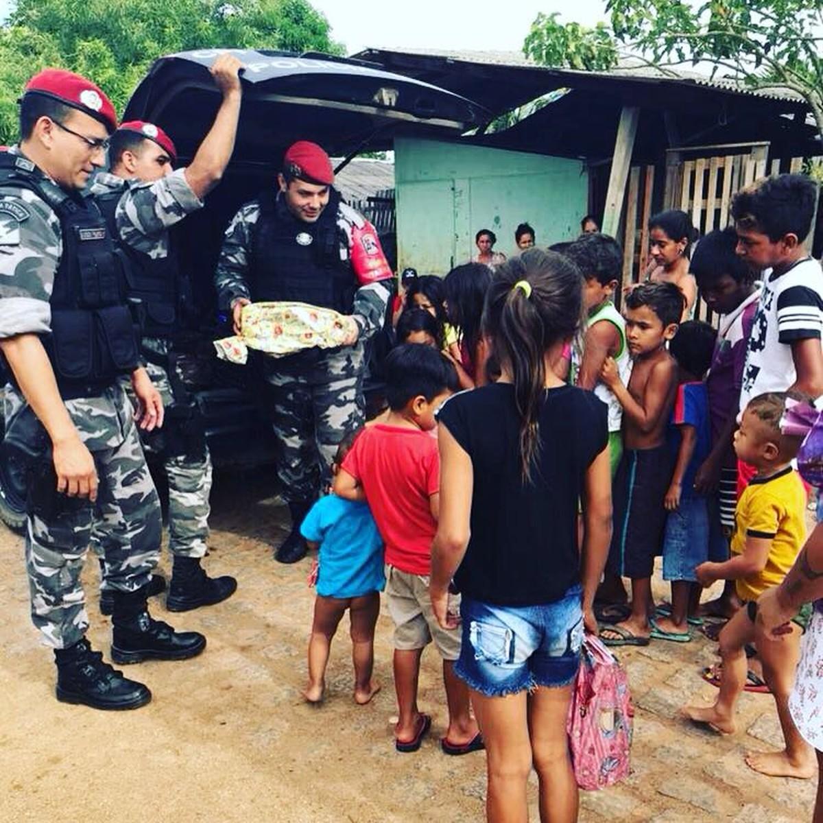 Em ação de Natal, PMs distribuem quase 100 brinquedos a crianças carentes de Caracaraí, no interior de RR