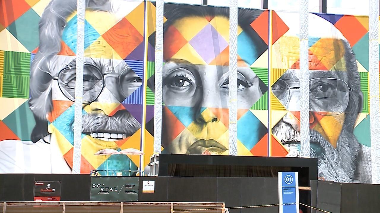 Kobra finaliza mural com imagens de Paulo Freire e outras personalidades em universidade de Lajeado