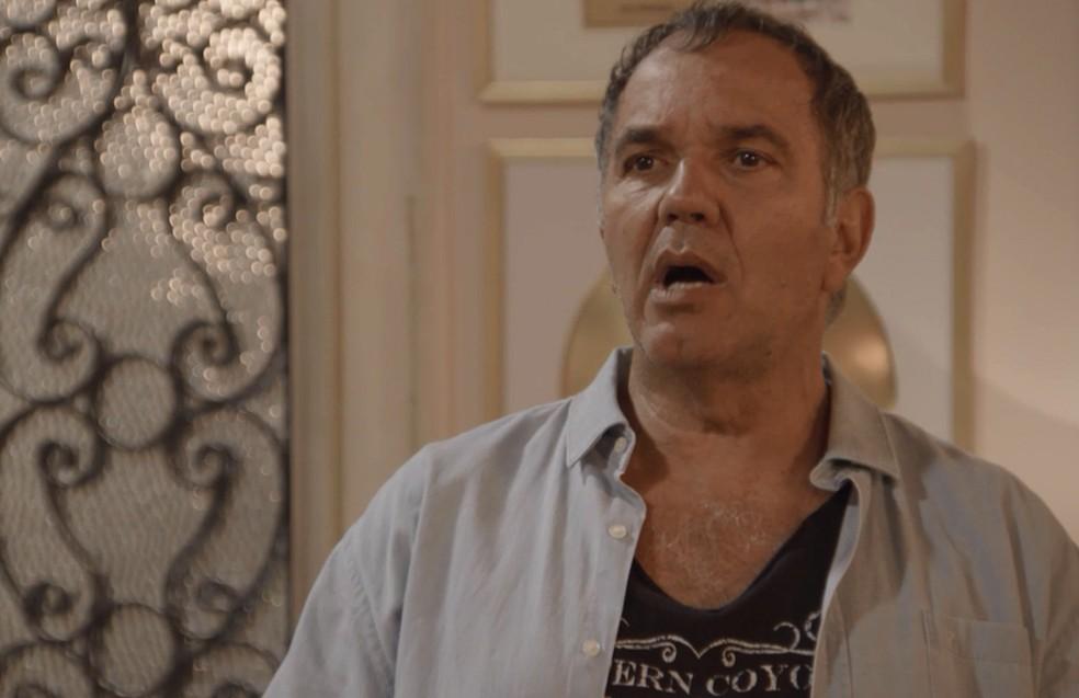 Herculano (Humberto Martins) procura Manu (Isabelle Drummond) e faz a proposta para ela ser a estrela do programa de João (Rafael Vitti), em 'Verão 90' — Foto: TV Globo