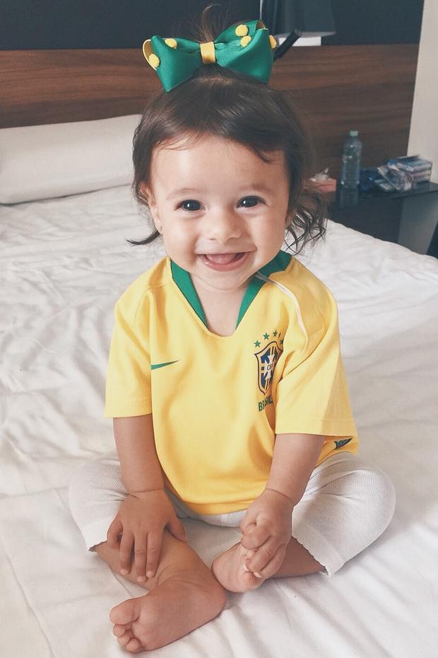 Filha de Marquinhos torce pelo Brasil com camisa da seleção (Foto: Reprodução/Instagram)