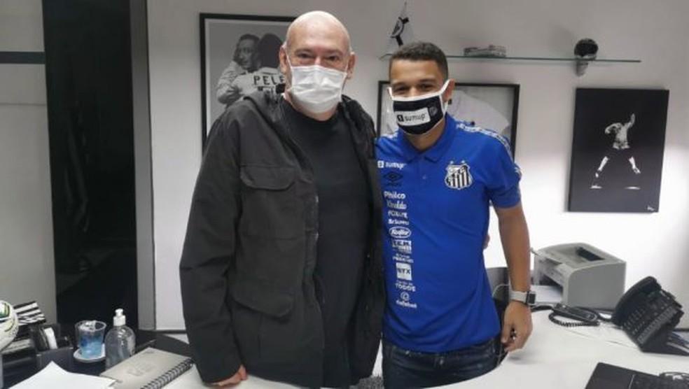 Andres Rueda, presidente do Santos, e Sandry, após a renovação de contrato — Foto: Divulgação/SantosFC