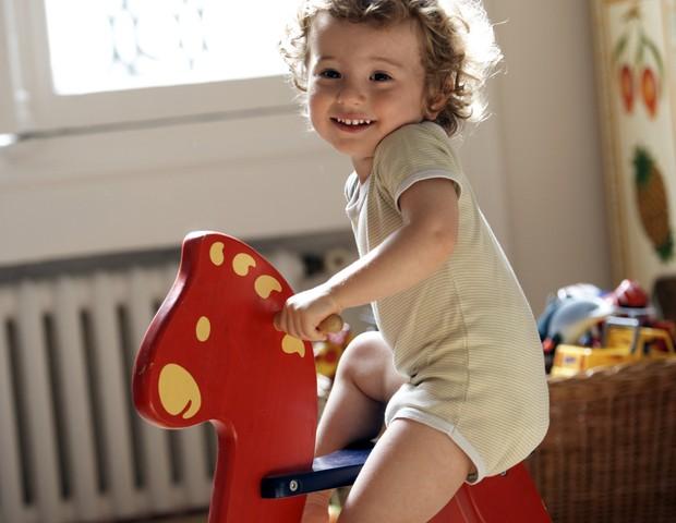 Quando a criança brinca, ela está conhecendo o espaço e a consciência do próprio corpo (Foto: Thinkstock)