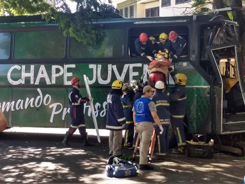 Motorista do ônibus foi imobilizado para sua retirada do ônibus — Foto: Fernando Lopes/RPC