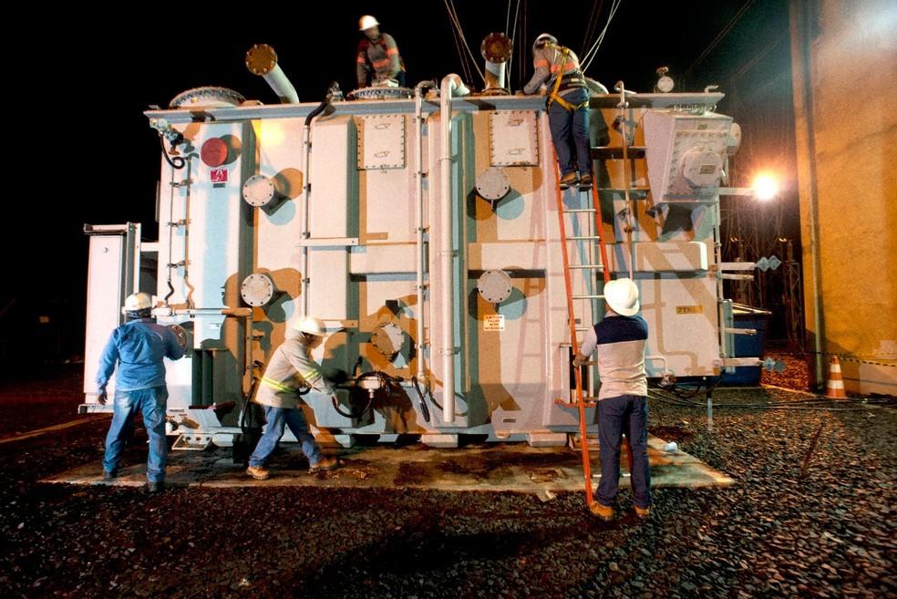 Transformador transportado até Macapá para retomada do fornecimento — Foto: Emiliano Capozoli/Gemini
