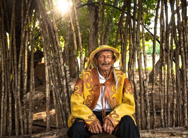O vaqueiro João Lopes, morador do Cariri, veste o tradicional gibão de couro colorido, feito artesanalmente pelos artistas da região (Foto: Artesol/Divulgação )