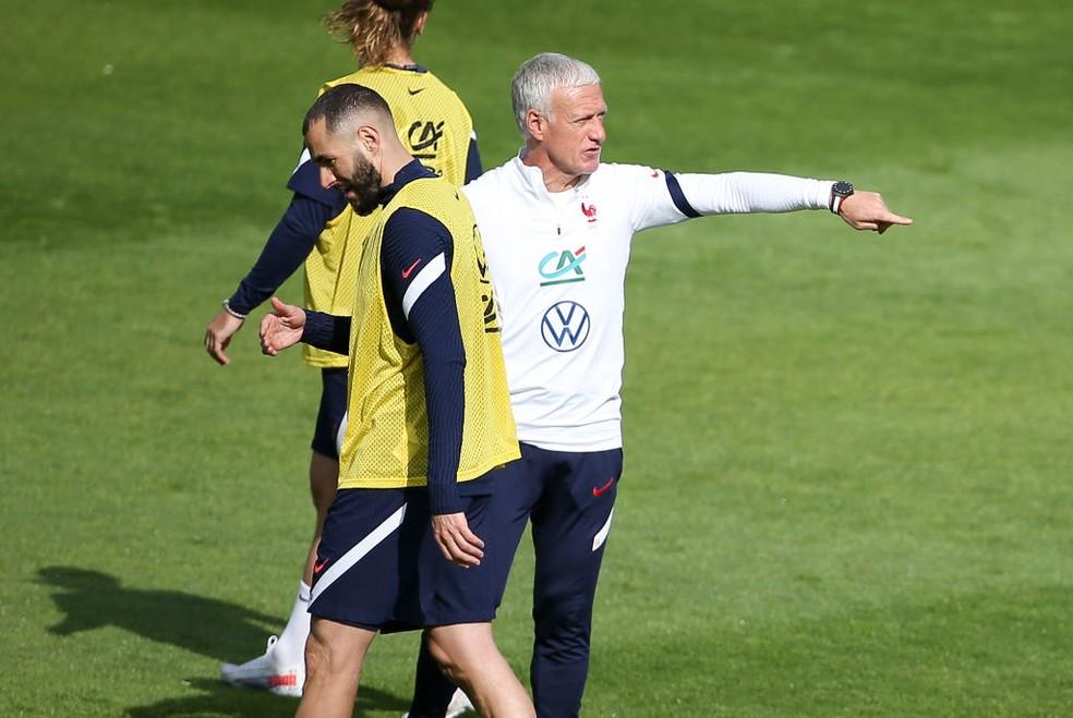 Karim Benzema e Didier Deschamps em treino da seleção da França — Foto: Getty Images