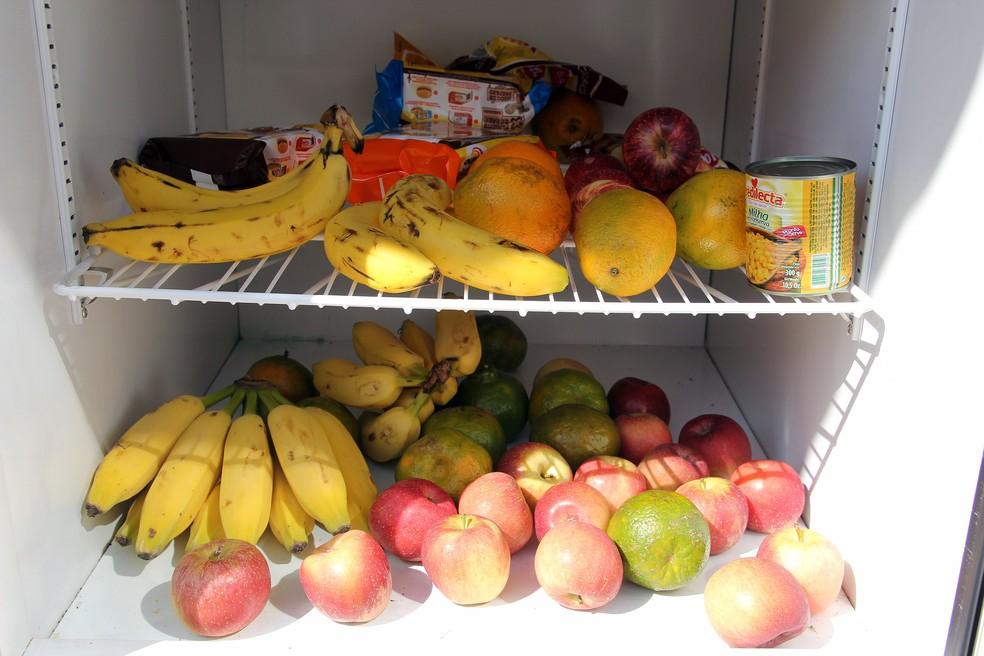Geladeira disponibiliza frutas e outros alimentos (Foto: Fabio Rodrigues/G1)