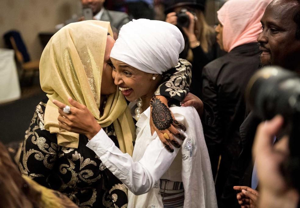 Ilhan Omar, uma das primeiras muçulmanas eleita para a Câmara dos Representantes, agradece apoiadora após a vitória do seu partido em Minneapolis — Foto: Aaron Lavinsky/Star Tribune via AP