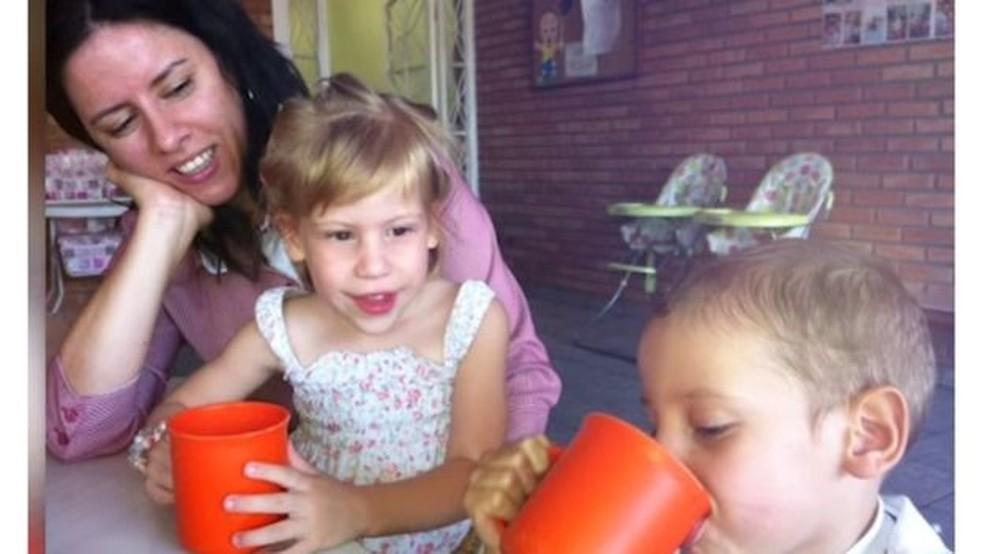 Fabiana junto com os filhos Raissa e Benjamin, pouco após a chegada deles — Foto: BBC/Arquivo pessoal