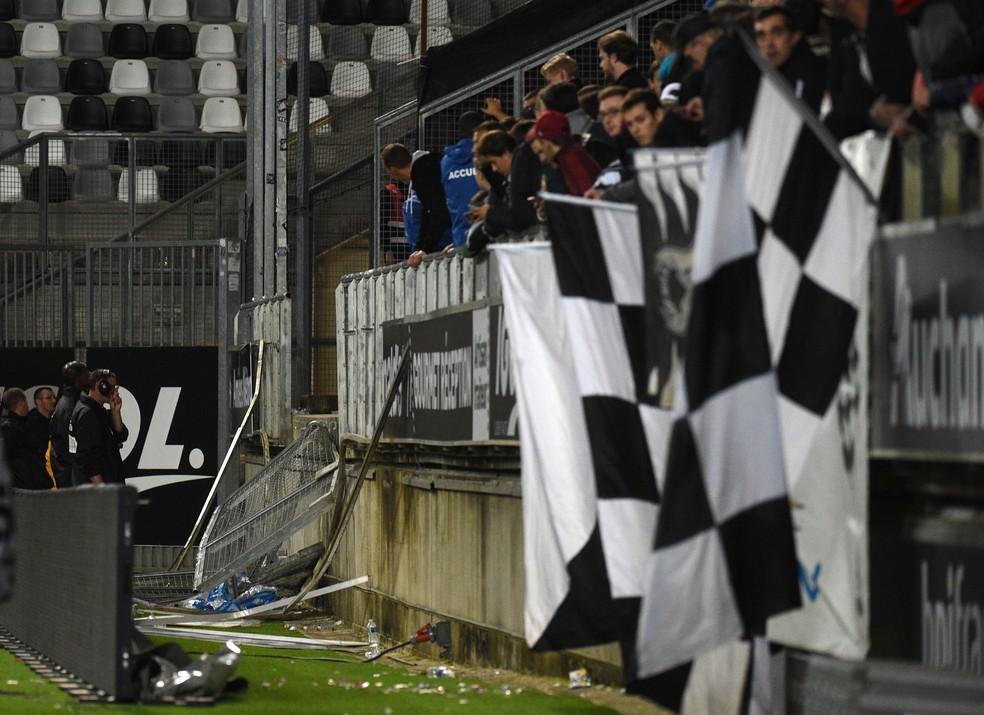 A partida foi suspensa depois do acidente no estádiod o Amiens (Foto: AFP)