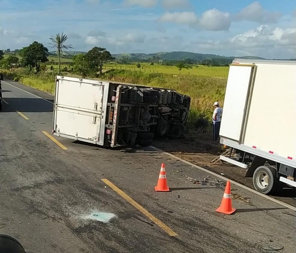 Batia entre carro e caminhão deixa duas pessoas mortas no sul da Bahia — Foto: Corpo de Bombeiros