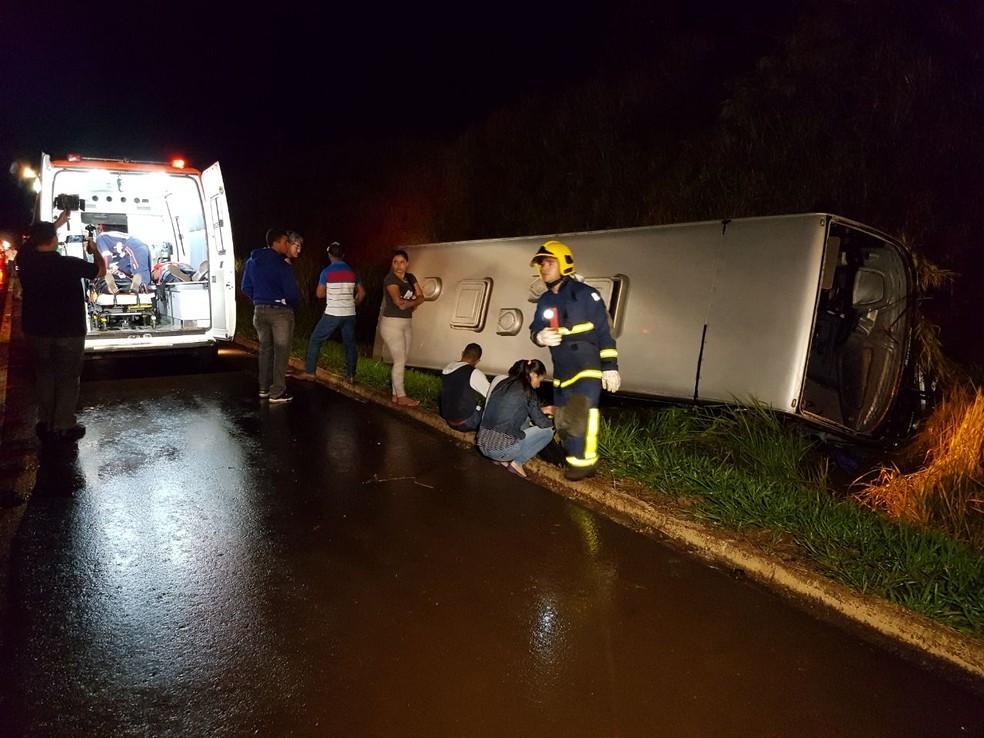 A PRF informou que 17 pessoas estavam no ônibus;  11 tiveram ferimentos leves (Foto: Rafael Silvestrin)
