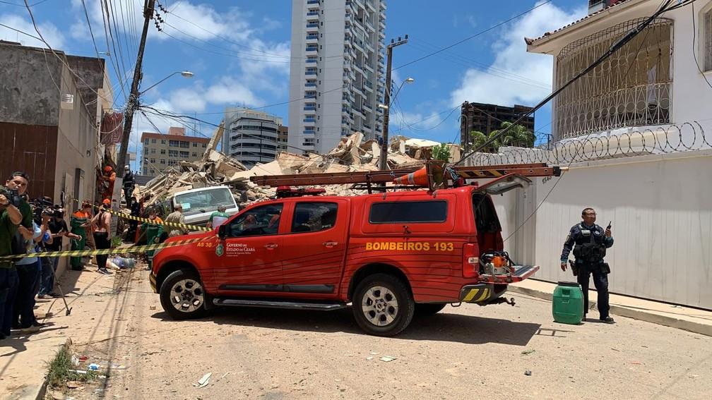 Bombeiros realizam resgate de vítimas do desabamento em Fortaleza — Foto: Reprodução/SVM