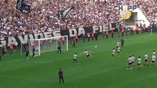 Em treino aberto na Arena Corinthians, Danilo faz gols e é ovacionado pela Fiel
