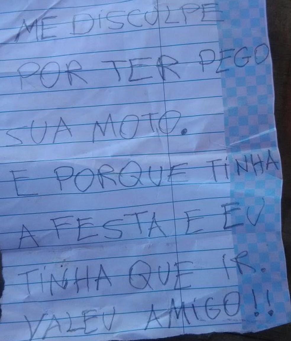 Em bilhete de desculpa, ladrão justifica que teve que ir a festa e por isso assaltou o veículo (Foto: Ibiapaba 24 horas)
