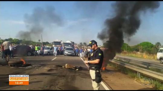 Policial usa spray de pimenta para tentar dispersar grupo em ato por mais ônibus em Guapó; vídeo