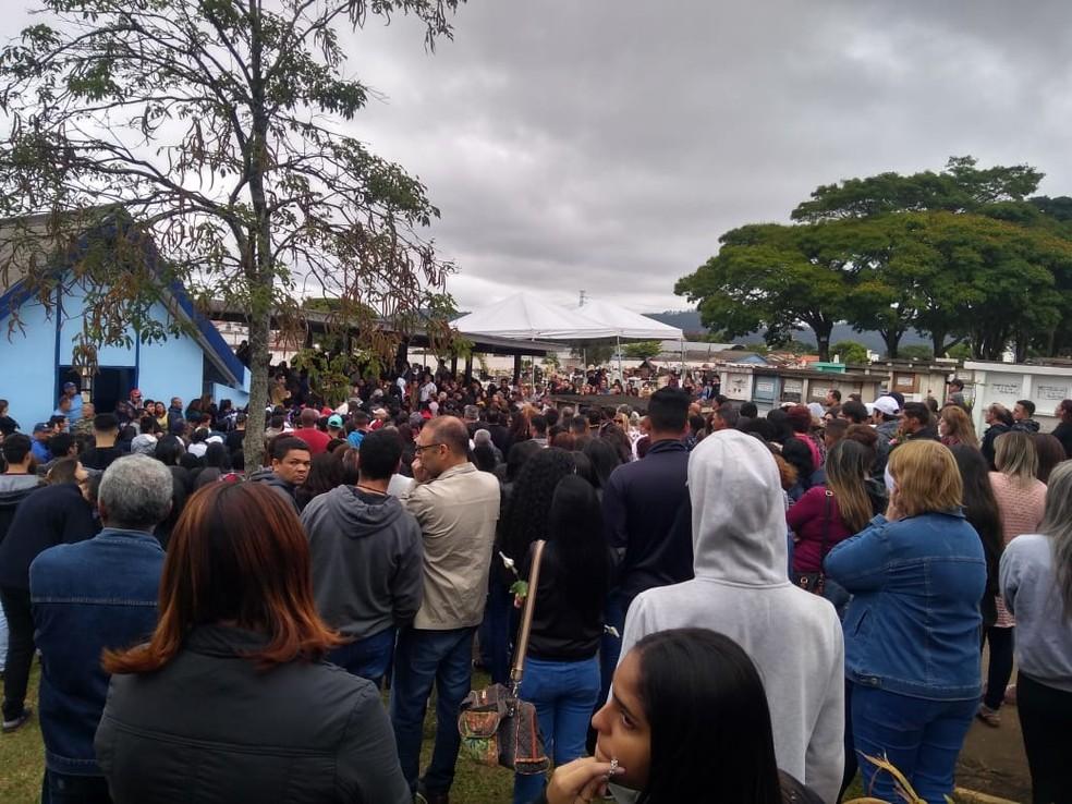 Caso Rayane Paulino: Corpo da jovem que sumiu após festa em Mogi das Cruzes foi enterrado nesta segunda-feira (28), em Mogi das Cruzes — Foto: Mirielly Castro/TV Diário