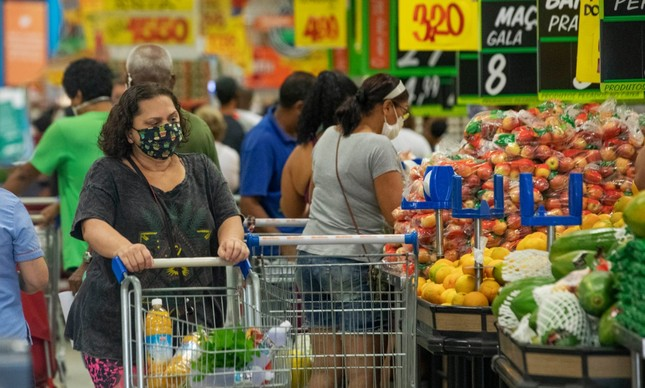 Consumidora em supermercado em Copacabana
