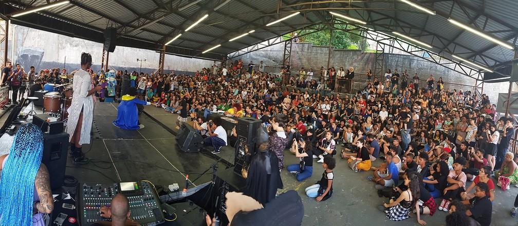 Público acompanha a disputa do concurso de cosplay na PerifaCon, no Capão Redondo — Foto: Fábio Tito/G1