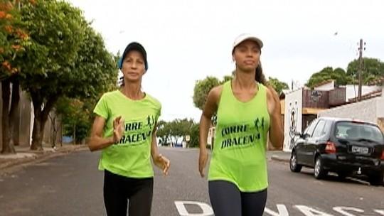 Com 2 empregos, corredora de 61 anos vence jovens, soma 67 pódios em 67 provas e mira maratonas