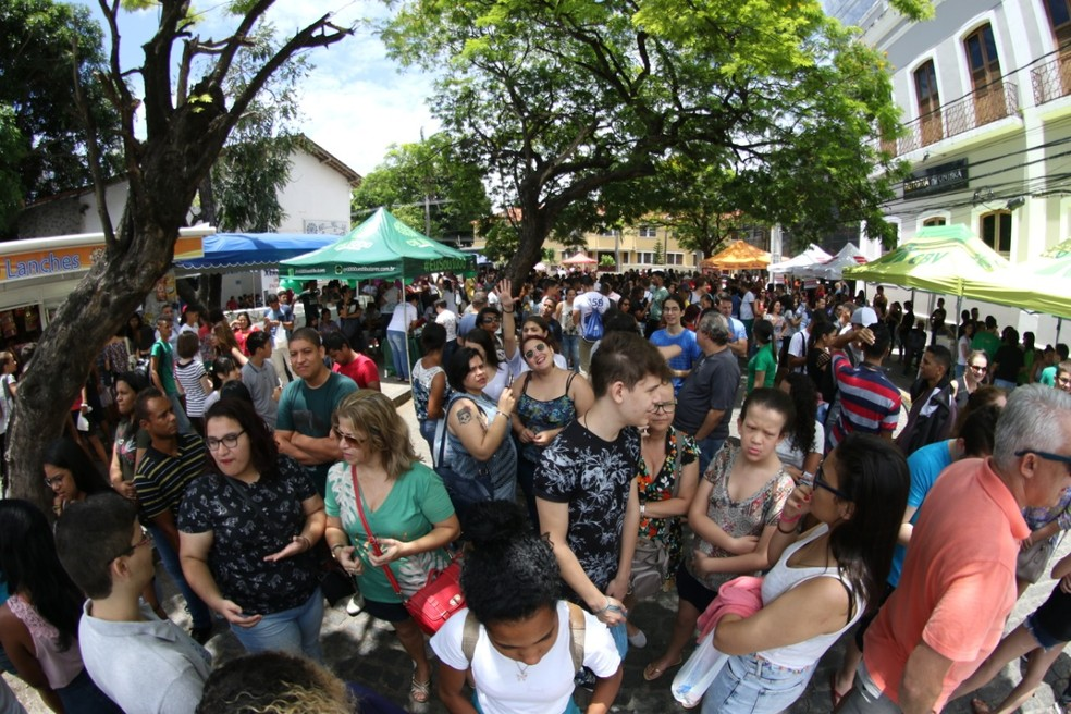 Candidatos em frente a local de provas em Pernambuco, antes do Enem 2018 — Foto: Aldo Carneiro/Pernambuco Press