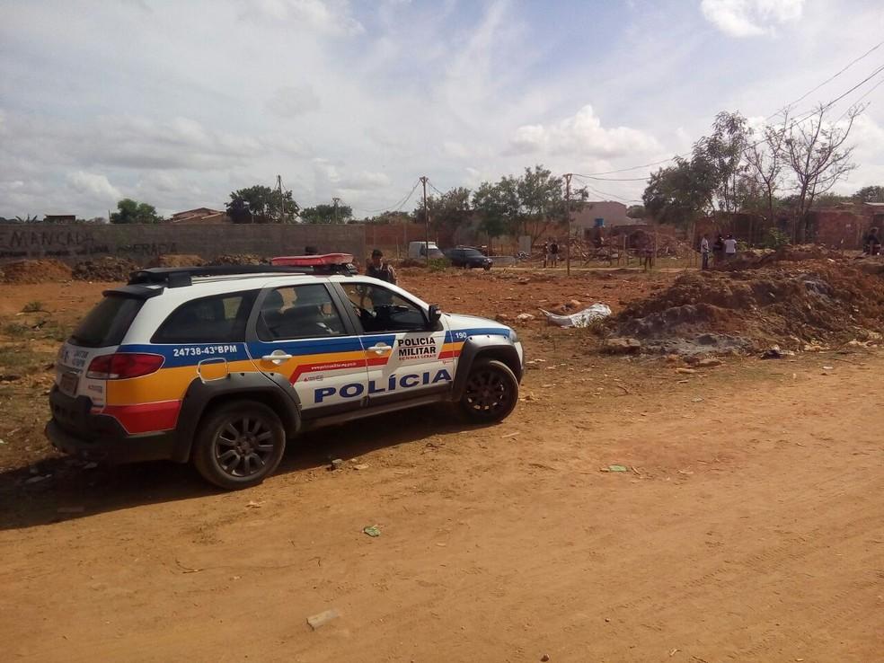 Corpo foi encontrado em um lote vago no Bairro Vale Pastoril (Foto: Tiago Lopes / InterTV dos Vales)