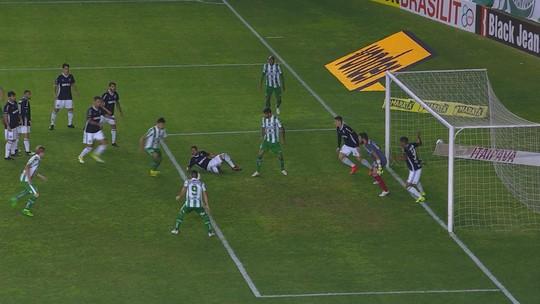 Tiago Marques fuzila sem goleiro, mas Pereira se posta em frente ao gol